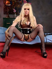 Dirty blonde Jesse poses her huge shecock